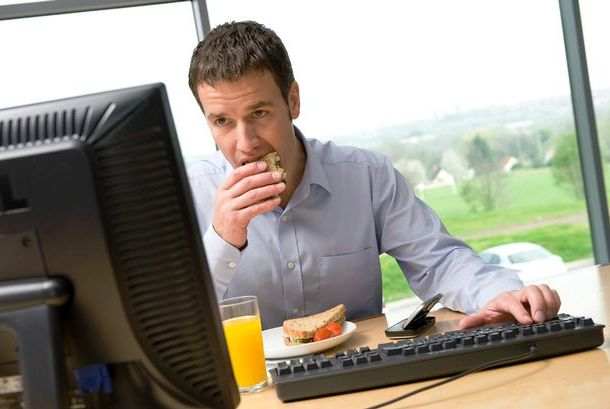 www.zmescience.com-eating-lunch-desk
