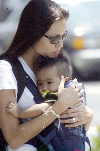 Code: SPLA-LEP KL 280602, Hollywood, USA, 27.06.2002: Actress Angelina Jolie strolls through the streets of Beverly Hills, Ca with her adopted son Maddox. She spent the morning at a yoga class before taking Maddox to two Dr's offices in Beverly Hills. She is reportedly split up with husband Billy Bob Thornton.  All Over Press/ Splash News/ London Entertainment/ Giles Harrison