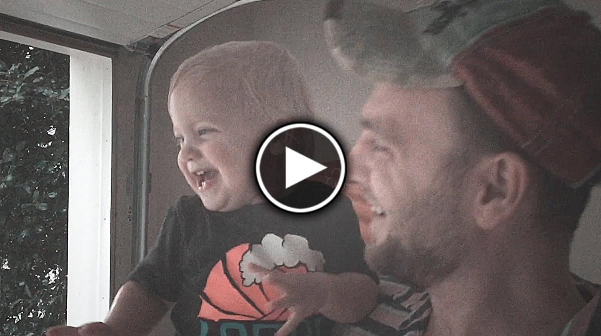 Փոքրիկ աղջիկն ու իր ամենաառաջին ամառային անձրևը (տեսանյութ)