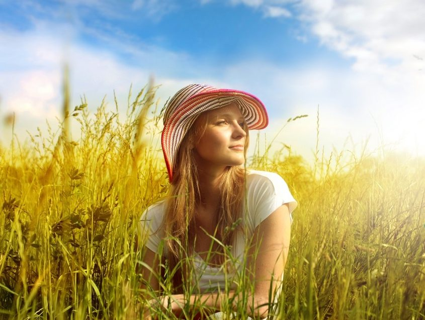 woman-straw-hat-lying-down-nature-850x716-e1471018055493