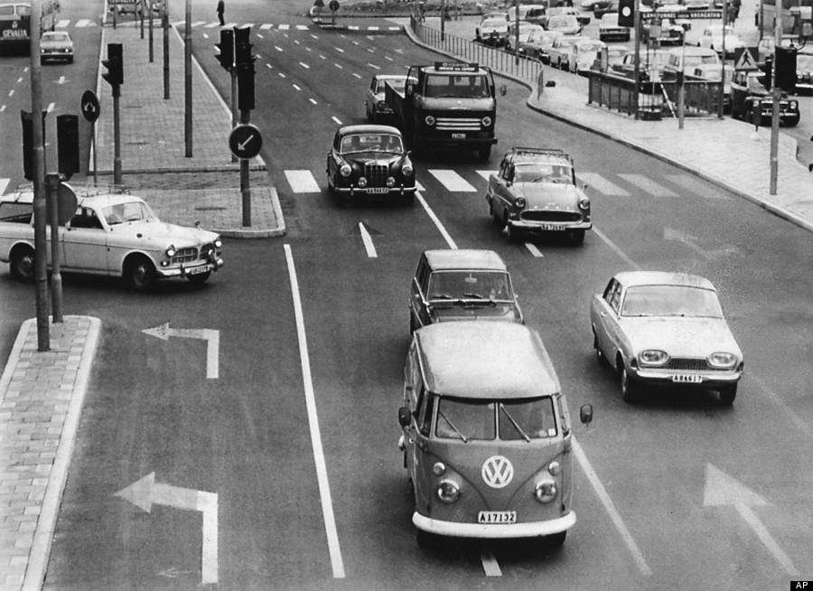 Verkehr in einer schwedischen Stadt kurz vor der Umstellung von Links- auf Rechtsverkehr